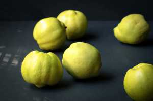 Одними из таких источников есть овощи и фрукты, а одним из самых богатых представителей последнего вида айва