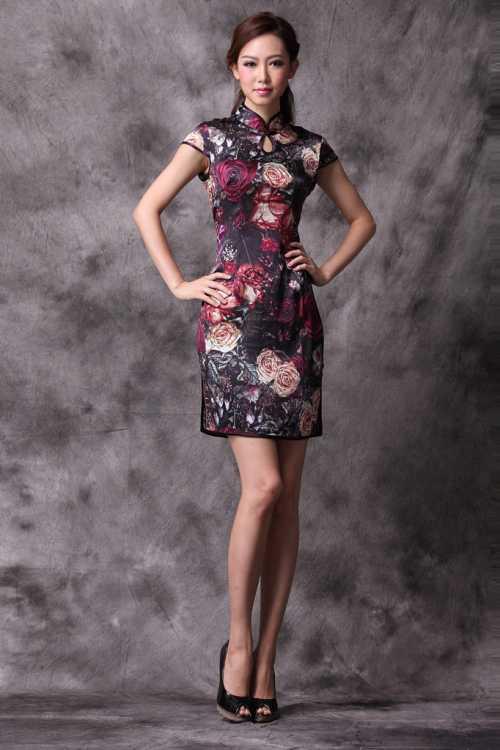 Для женщин чуть постарше, наоборот, платье нередко делают плотно обтягивающим тело