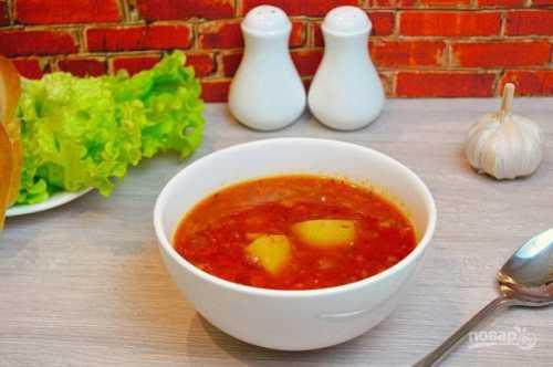 Доводим суп до кипения, добавляем лавровый лист, соль и перец, варим еще несколько минут