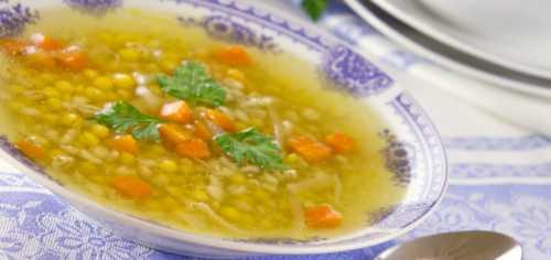 Овощи закладывают в суп только при закипании воды и слегка подсаливают