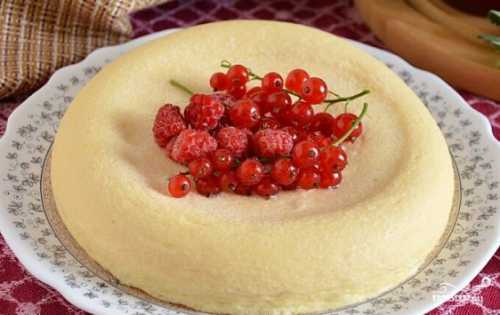 Смажьте любым маслом силиконовые стеклянные или керамические формочки, на дно выложите оттаявшие ягоды малины
