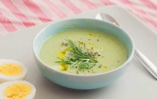Приготовить белый соус муку и сливочное масло обжарить на сковороде, развести несколькими ложкам бульона из овощей