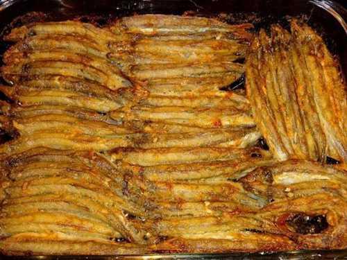 Жареная мойва с луком готовится оченьбыстро и просто на сковороде