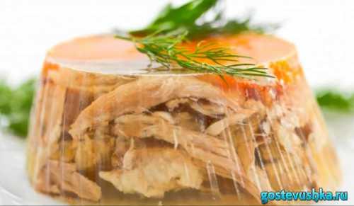 Необходимые продукты грамм куриного мяса любые части, головка репчатого лука, небольшие морковки, грамм желатина, л воды, соль по вашему вкусу, штперца горошком