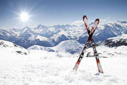 Если вы задаетесь вопросом чем смазывать пластиковые лыжи, то отправляйтесь прямиком в магазин спортивного инвентаря, где продавцы консультанты подберут подходящую вам мазь