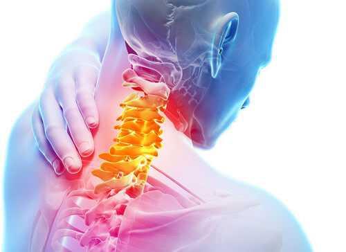 Человек, испытывающий корешковый синдром на шее, может чувствовать бегание мурашек по коже, покалывания