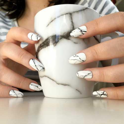 Такое оформление отлично смотрится как на коротких, так и на длинных ногтях