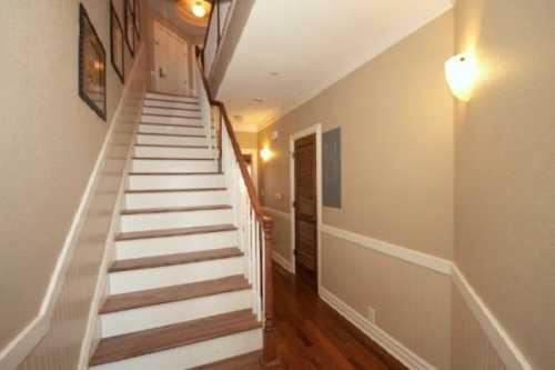 В небольших холлах предпочтительнее дизайн лестниц без подступенков прозрачная конструкция визуально растворяется в пространстве и не загромождает его, а уж стеклянные ступени практически делают её невесомой