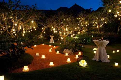 Оригинально смотрится освещение разнообразных скульптур, деревьев