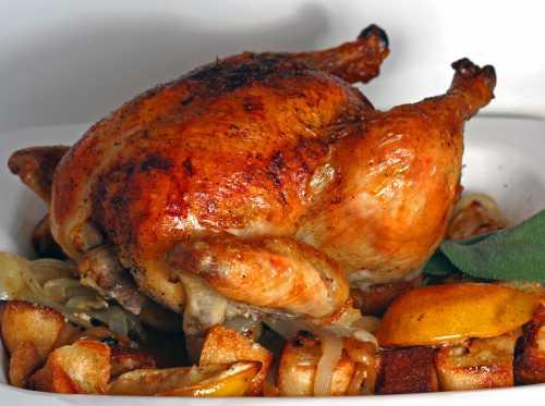 Перед подачей нужно, чтобы цыпленок немного остыл, затем достаем его из кулька, разрезаем на кусочки и подаем гостям с натуральным йогуртом, сметаной, майонезным или любым другим соусом