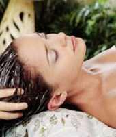 Проведение пилинга кожи головы способствует ряду внутренних и внешних изменений удаление омертвевших клеток с эпидермиса головы способствует нормализации дыхательной функции покровов после очищения питательные компоненты, витамины из уходовых средств и масок впитываются клетками эпидермиса быстрее, происходит укрепление фолликул, отсюда волос становится крепче и здоровее, пропадает сухость и перхотьпилинг это массаж кожи, который усиливает кровоснабжение волосяных луковиц процедура нормализует выделение сальных желез, поэтому пропадает проблема с высокой жирностью шевелюры появляется природный блеск, шелковистость волосы легко расчесываются и укладываются сухие локоны наполняются влагой, полезными минералами, кислотами