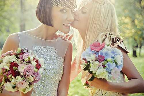 Однако такой образ обязательно нужно согласовать с невестой, если та выберет естественный мейкап, подружка с макияжем в стиле ретро будет смотреться не совсем уместно