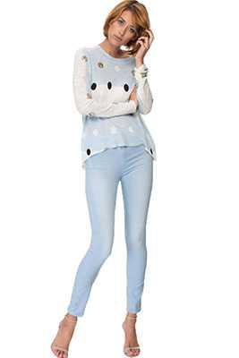 Отжимать джинсы не следует вовсе, так как режим отжима может повлиять на ткань негативным образом, вследствие чего она непременно сядет