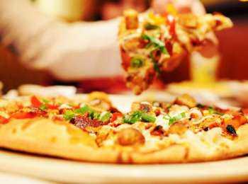 Держим пиццу в микроволновке ещё минут
