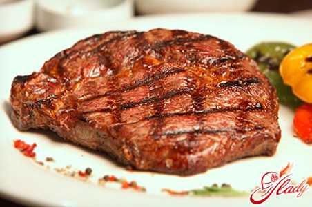 За это время находящиеся в мясе ферменты постепенно разрыхлят мышечную ткань, и говядина станет более мягкой, нежной и сочной