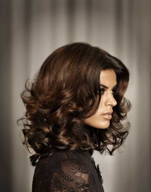 В нашем современном мире уже нет границ к красоте женщины, и та же самая завивка выполняется в том числе и на короткие волосы
