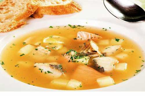 Раскалите сковороду и обильно полейте маслом, чтобы кусочки рыбы наполовину были погружены в него