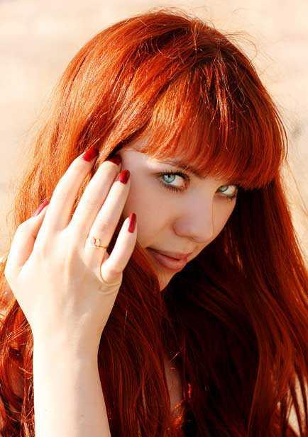 Уникальность столь нестандартного цвета волос заключается в том, что он идеально подходит большинству девушек, при этом освежает лицо и смягчает чрезмерно строгую внешность