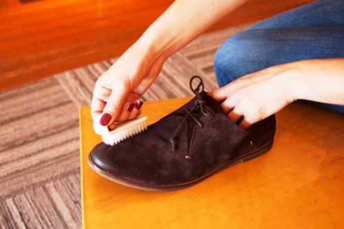 Под воздействием грязи и дождя обувь пачкается и морщинится