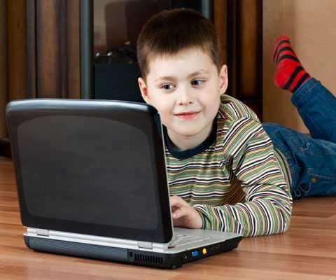 Дети ивзрослые играют в компьютерные и телефонные игры. </p>