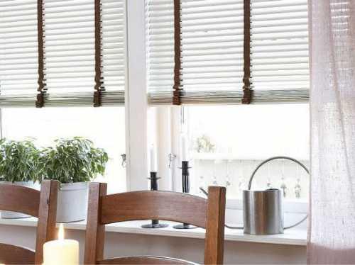 Для поддержания в чистоте горизонтальных жалюзи, их достаточно чистить мягкой тканью или сухой щеткой