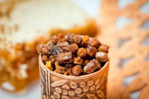 Исследования проводились и в естественных условиях, и в лаборатории, после чего выяснилось, что пчелиная пыльца предоставляет пользу организму в противоаллергиче ском действии изза ее способности ингибировать активацию тучных клеток