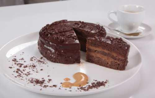 Любой из представленных рецептов вы можете немного изменить, добавляя торту новые вкусу положите в тесто изюм, цукаты, орешки, кусочки фруктов